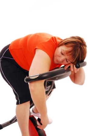 En kvinna som sover när hon tränar