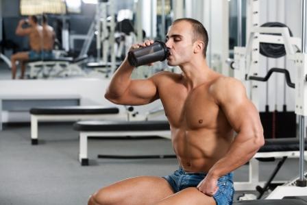 En muskelbyggare som dricker proteindrink