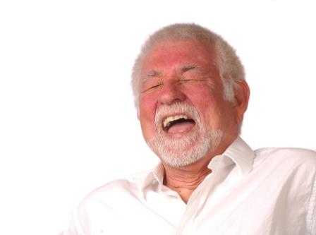 En äldre man i vit skjorta