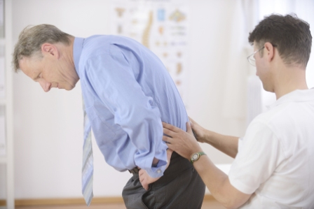 Bild på en naprapat och en patient